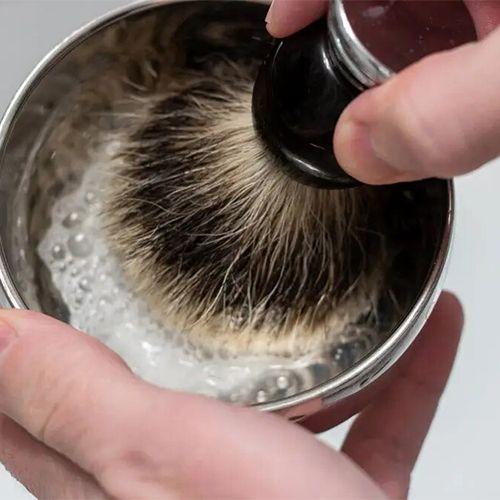 Помазком взбивается пена для бритья
