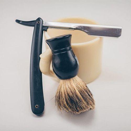 Опасная бритва, помазок и кружка